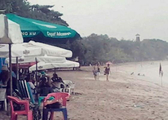 Nusabali.com - hujan-pantai-kuta-sepi-pengunjung