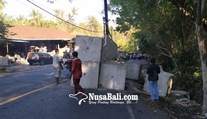 www.nusabali.com-truk-terguling-arus-lalin-macet-4-jam