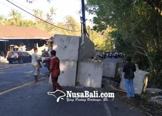 Nusabali.com - truk-terguling-arus-lalin-macet-4-jam