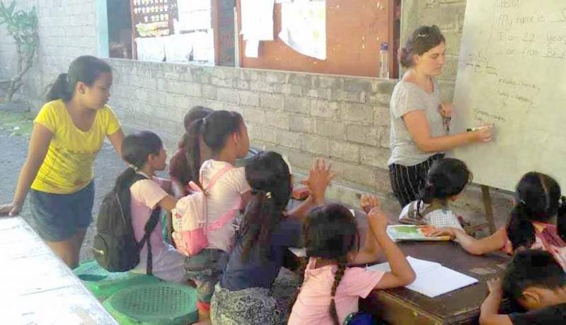 www.nusabali.com-empat-relawan-asing-mengajar-di-pasraman