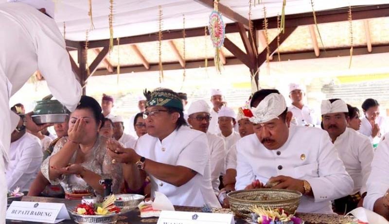 www.nusabali.com-bupati-giri-prasta-dan-wagub-cok-ace-hadiri-tawur-balik-sumpah-di-pura-pucak-mangu