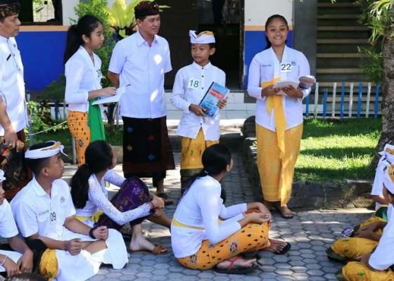 Nusabali.com - bupati-suwirta-pantau-program-sehari-belajar-di-luar-kelas