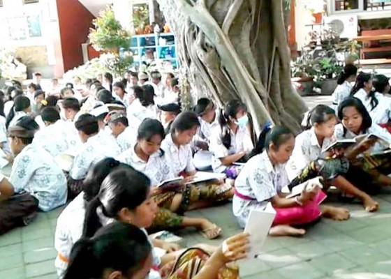 Nusabali.com - siswa-smpn-1-tabanan-sehari-belajar-di-luar-kelas