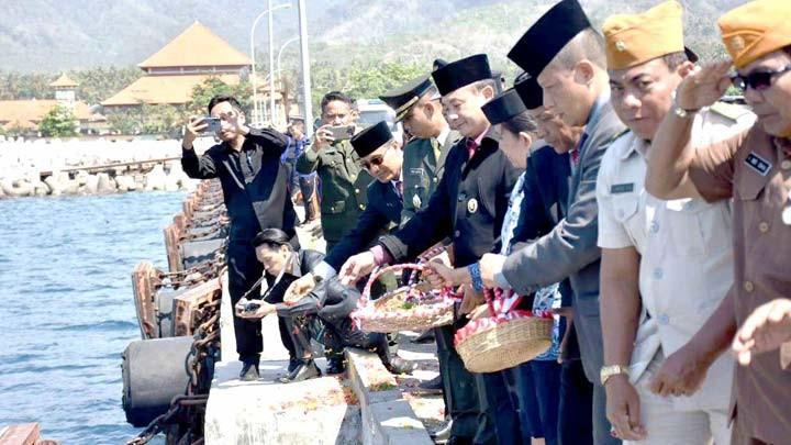 www.nusabali.com-peringati-hari-pahlawan-tabur-bunga-di-tanah-ampo