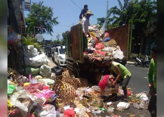 Nusabali.com - dinas-lhk-angkut-35-truk-sampah-dari-kuta