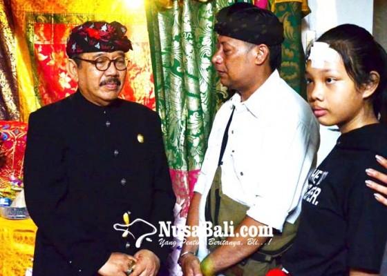 Nusabali.com - wagub-cok-ace-majenukan-ke-rumah-duka
