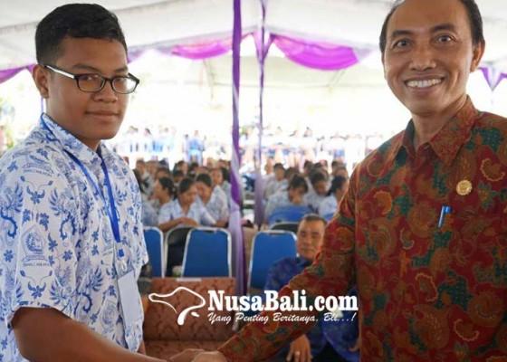 Nusabali.com - made-adi-menangkan-pemilos-sman-2-amlapura