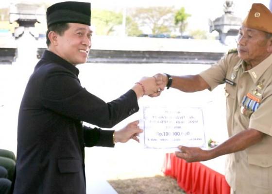 Nusabali.com - bupati-suwirta-beri-veteran-bantuan-tali-kasih
