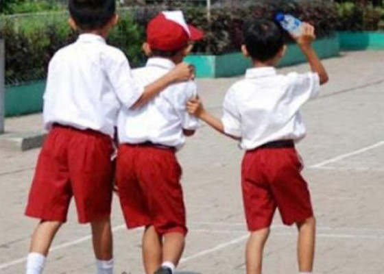 Nusabali.com - ada-permainan-siswa-sd-dengan-menggelantung