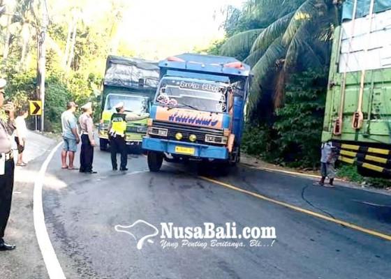 Nusabali.com - dua-truk-mogok-sebabkan-macet-di-jalur-tengkorak