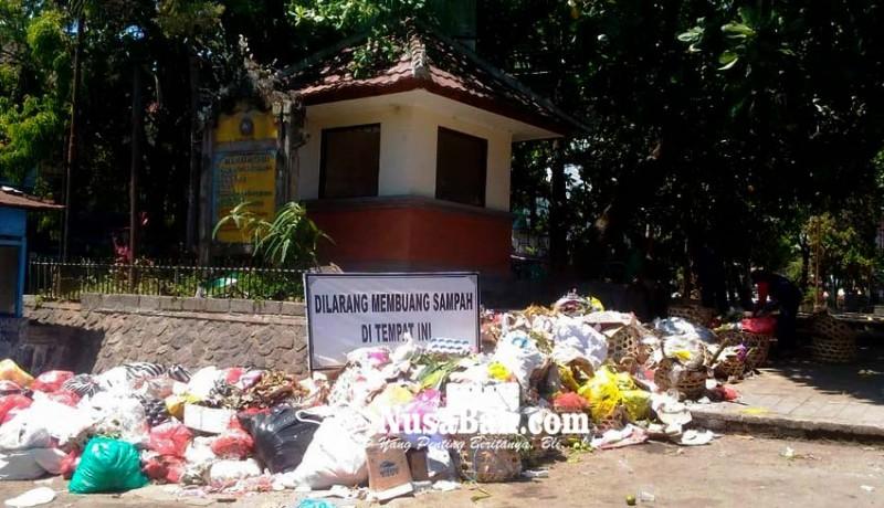 www.nusabali.com-papan-larangan-buang-sampah-tertutup-sampah