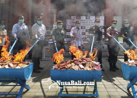 Nusabali.com - bea-cukai-denpasar-musnahkan-barang-ilegal-senilai-rp-17-miliar