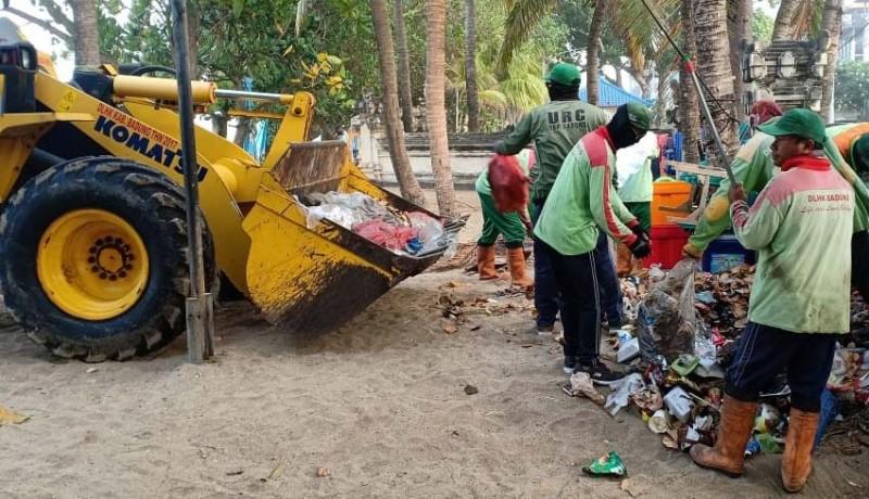 www.nusabali.com-petugas-kebersihan-dan-desa-adat-kuta-mulai-bersihkan-sampah-di-pantai