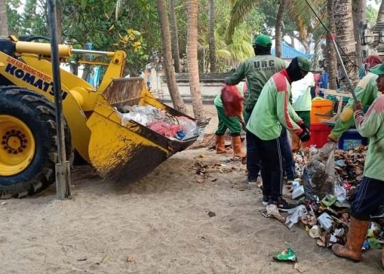 Nusabali.com - petugas-kebersihan-dan-desa-adat-kuta-mulai-bersihkan-sampah-di-pantai