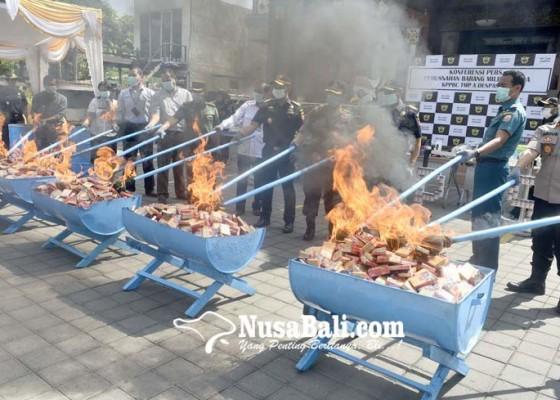 Nusabali.com - bea-cukai-musnahkan-miras-rokok-hingga-mainan-anak