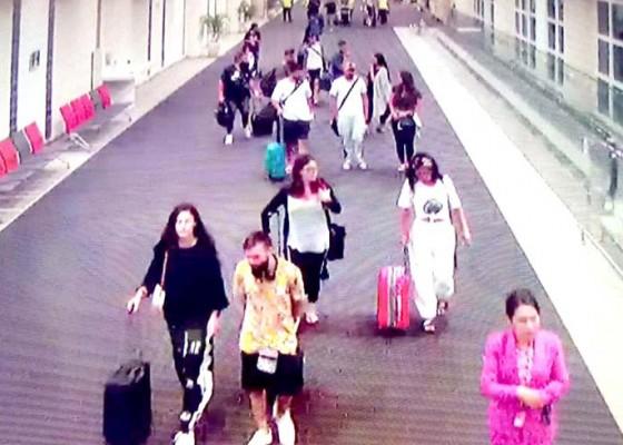 Nusabali.com - tidak-ikuti-larangan-awak-kabin-21-penumpang-jetstar-diturunkan