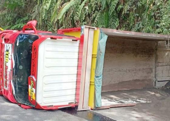 Nusabali.com - ngatret-truk-tabrak-tebing