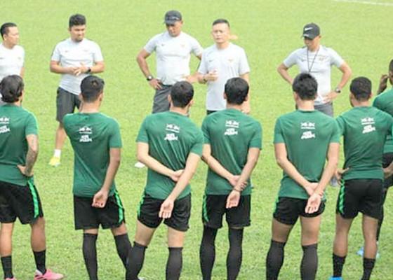Nusabali.com - mcmenemy-hanya-memantau-yeyen-latih-timnas-vs-malaysia