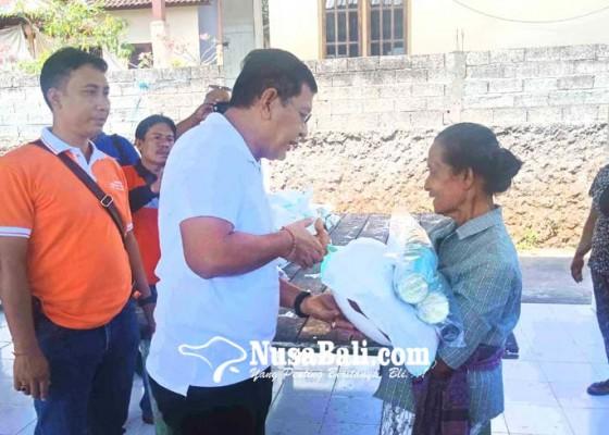 Nusabali.com - keluarga-bayi-korban-gempa-seririt-dibantu-terpal-belum-terima-sembako