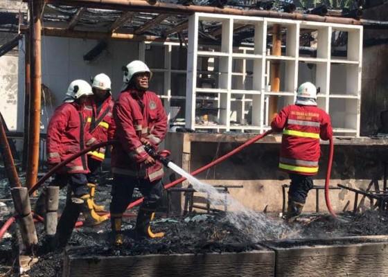 Nusabali.com - vila-terbakar-atap-palinggih-warga-hangus