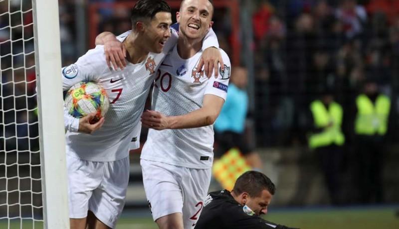www.nusabali.com-ronaldo-cetak-gol-portugal-lolos