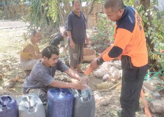 Nusabali.com - krama-banjar-peninggaran-terima-bantuan-5000-liter-air