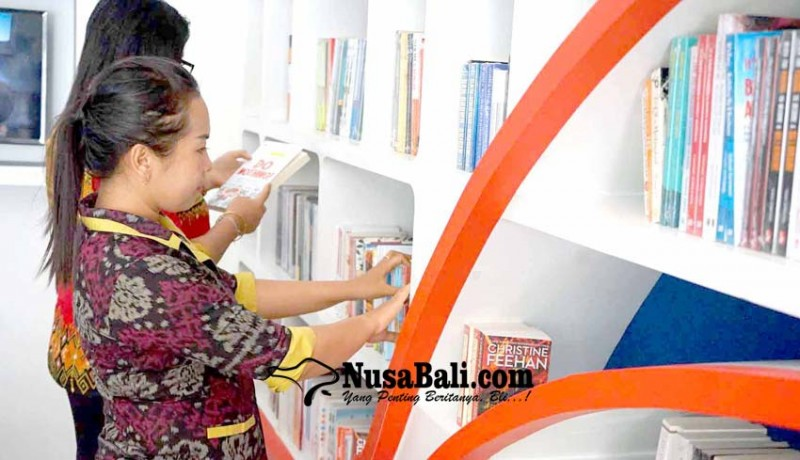 www.nusabali.com-pengunjung-perpustakaan-dapat-hadiah-buku-hindu