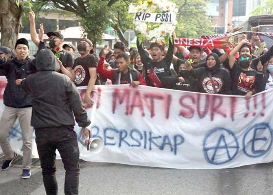 Nusabali.com - suporter-timnas-asal-bali-ditahan-polisi-malaysia
