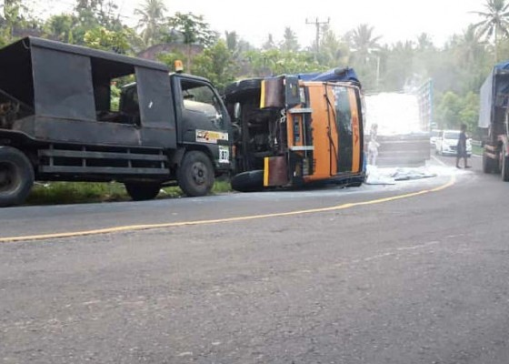 Nusabali.com - tak-kuat-nanjak-truk-terguling-di-pangyangan