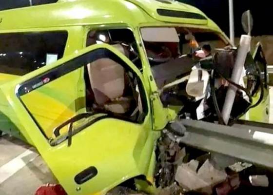 Nusabali.com - minibus-rombongan-guru-kecelakaan-di-tol