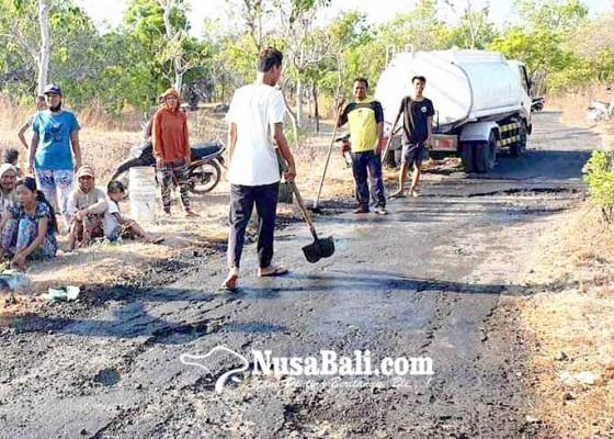 Nusabali.com - krama-tiga-banjar-gotong-royong-beton-jalan