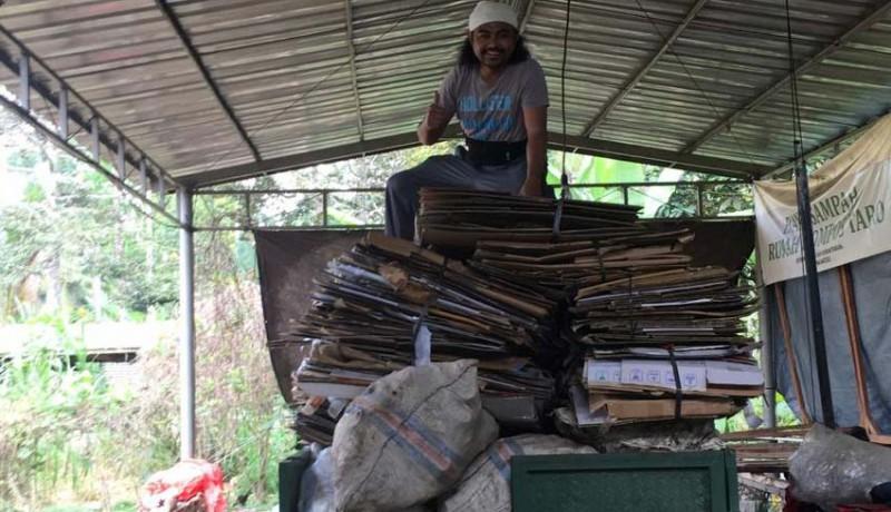 www.nusabali.com-rela-tinggalkan-gelimang-dolar-demi-kelola-sampah-di-desa