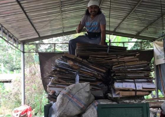 Nusabali.com - rela-tinggalkan-gelimang-dolar-demi-kelola-sampah-di-desa