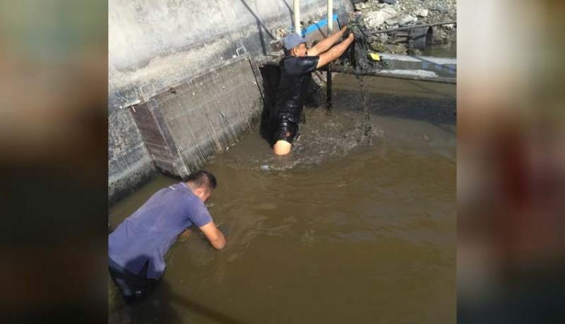 www.nusabali.com-produksi-air-terganggu-pdam-keruk-lumpur-di-intake-estuary