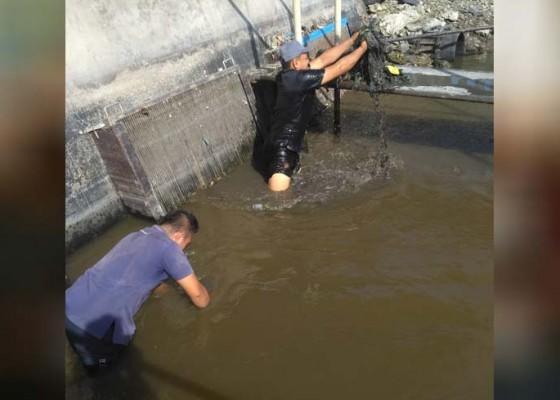 Nusabali.com - produksi-air-terganggu-pdam-keruk-lumpur-di-intake-estuary