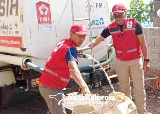 Nusabali.com - pmi-dan-bpbd-suplai-air-bersih-di-dua-desa