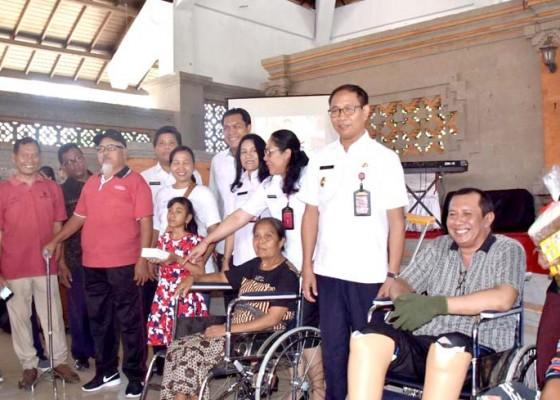 Nusabali.com - hari-disabilitas-internasional-pemkab-serahkan-bantuan-sosial