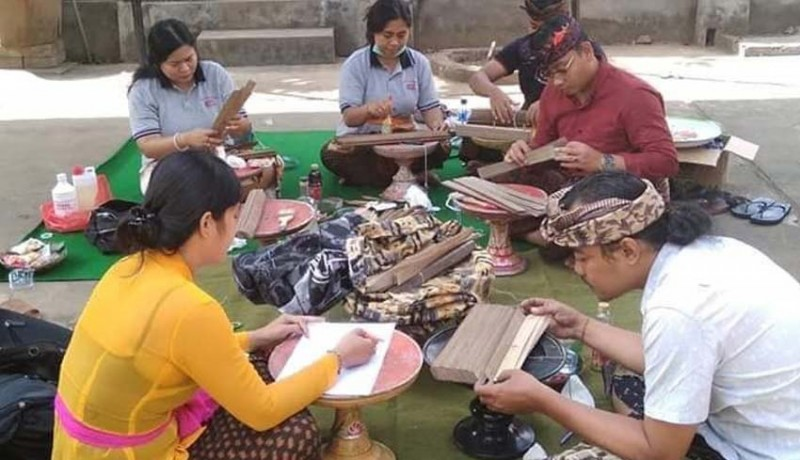 www.nusabali.com-pbb-mengkonservasi-lontar-di-sukawati