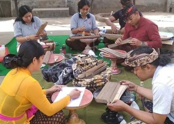 Nusabali.com - pbb-mengkonservasi-lontar-di-sukawati