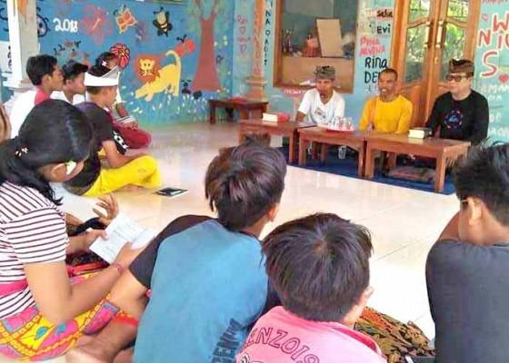 Nusabali.com - polisi-ajarkan-siswa-pasraman-baca-bhagawadgita