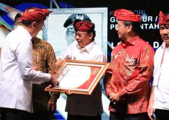 Nusabali.com - gubernur-koster-terima-anugerah-kadin-award-2019