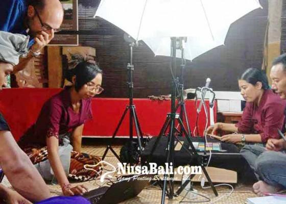 Nusabali.com - dukuh-penaban-bentuk-tim-digitalisasi-lontar