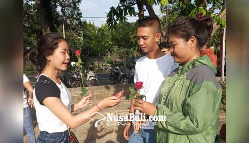 www.nusabali.com-hari-aids-sedunia-pik-m-stiki-bagi-bagi-bunga