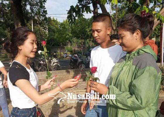 Nusabali.com - hari-aids-sedunia-pik-m-stiki-bagi-bagi-bunga