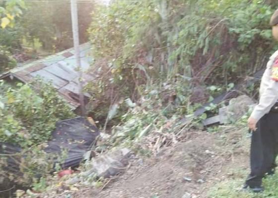 Nusabali.com - jalan-licin-truk-terguling-nyungsep-ke-halaman-rumah