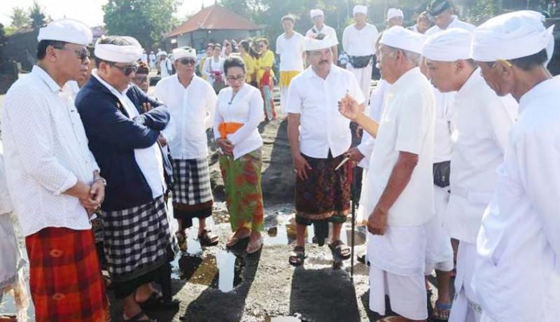 www.nusabali.com-wabup-sanjaya-nyukat-genah-di-pura-tanah-lot