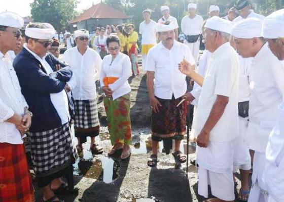 Nusabali.com - wabup-sanjaya-nyukat-genah-di-pura-tanah-lot
