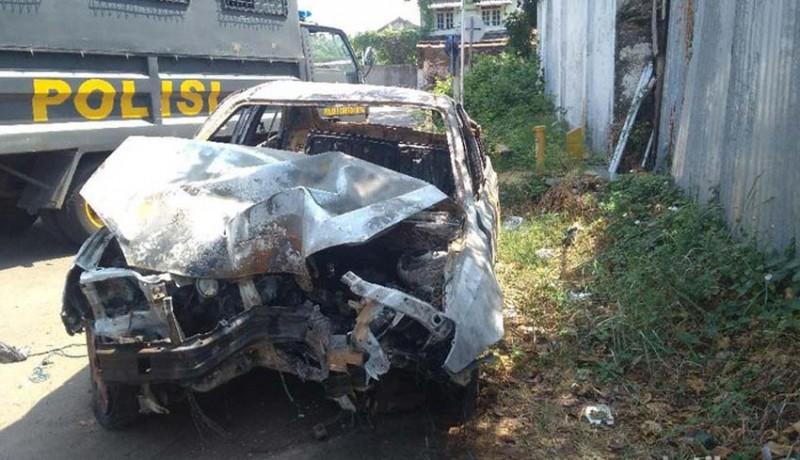 www.nusabali.com-berhenti-setelah-mobil-nabrak-dan-terbakar