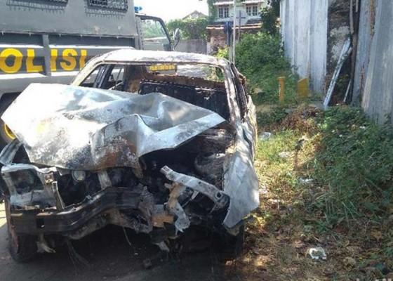 Nusabali.com - berhenti-setelah-mobil-nabrak-dan-terbakar