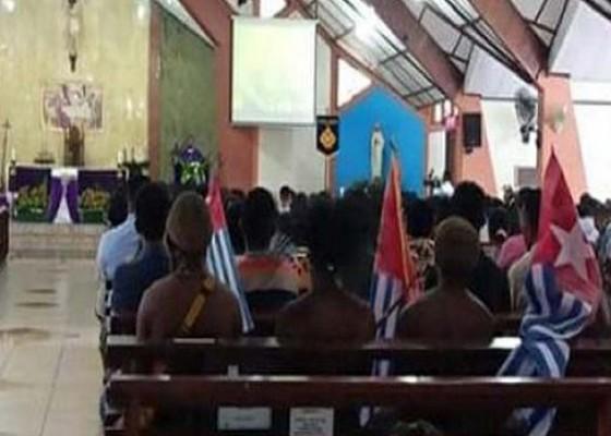 Nusabali.com - 4-mahasiswa-bawa-bintang-kejora-ke-gereja